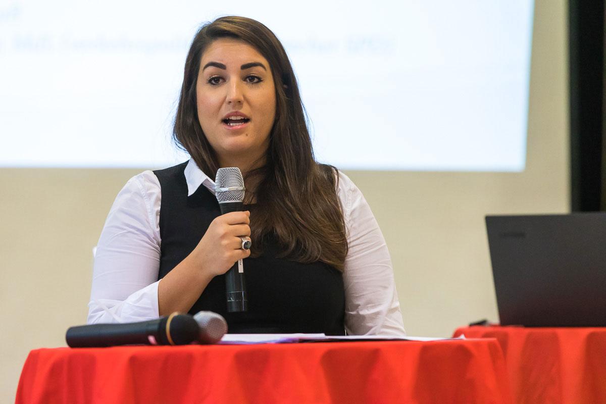 Aylin Dogan eröffnet den Parteitag