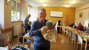 Hans Klose mit Kaktus zu seinem 50jährigen Jubiläum